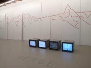 Installation mit Bergen und Bildschirmen